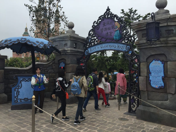 alice in wonderland maze shanghai disneyland