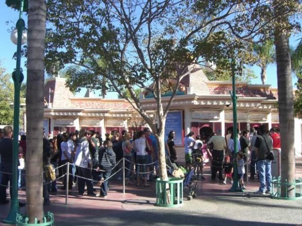 Disneyland kiosk line